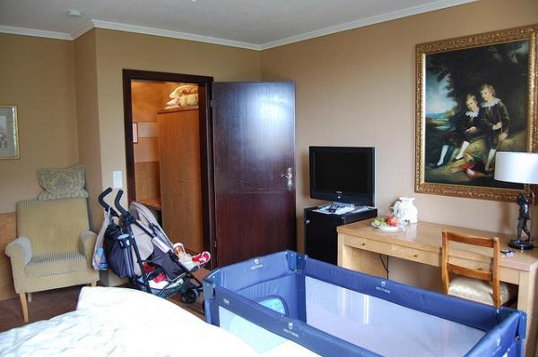 Habitación de Munich ocupada por los accesorios del bebé
