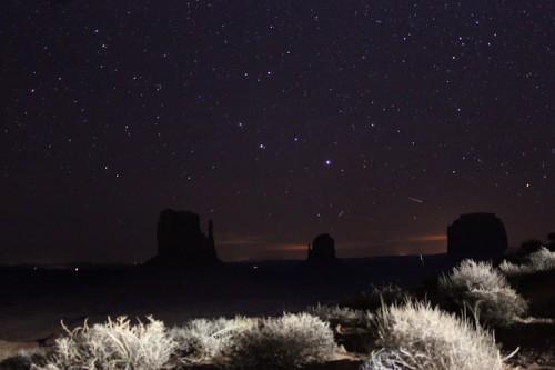 El Mittens and Merrick Butte de noche