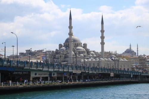 Puente de Galatea con la mezquita Suleiman de fondo en Estambul
