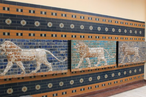 Fragmentos de la puerta de Ishtar de Babilonia en Estambul