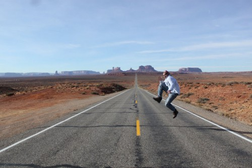 Saltando en el Forrest Gump Point de Monument Valley