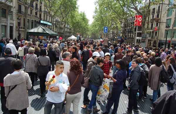 Las Ramblas de Barcelona, a rebosar en Sant Jordi