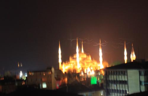Vista noctura a pulso de la Mezquita Azul de Estambul