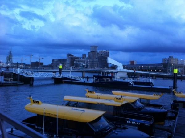 Taxis acuaticos en el hotel New York de Rotterdam