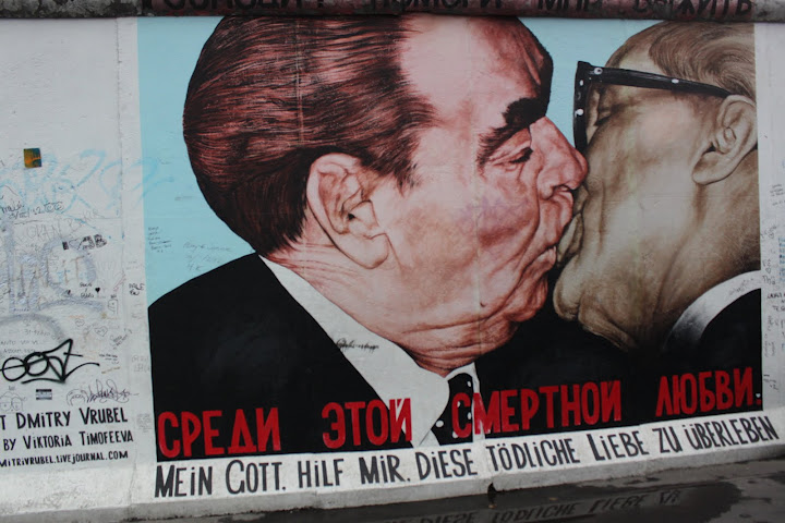 El beso fraternal de la East Side Gallery de Berlín