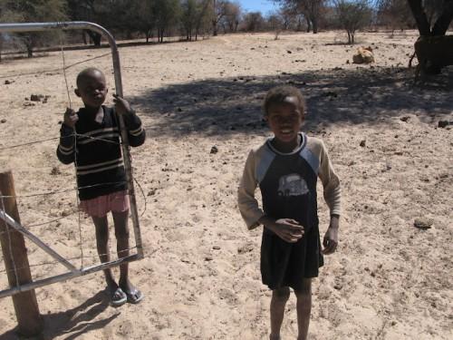 Niños que nos abrían las puertas en la carretera de Namibia