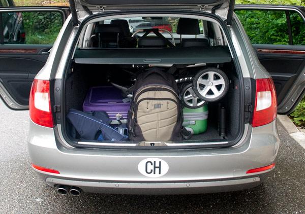 Maletas y accesorios de niños en el coche de alquiler