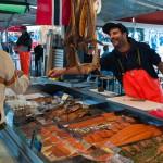 Ofreciendo cata de salmón salvaje en el mercado de Bergen