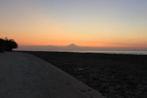 Puesta de sol en Gili con el volcán de Bali de fondo