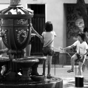 Niñas jugando en una fuente de Gràcia, Barcelona