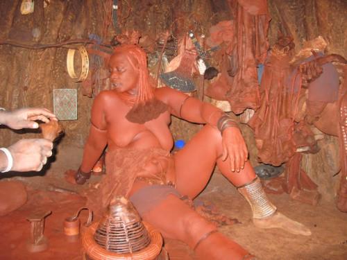 Dentro de la tienda himba de Namibia