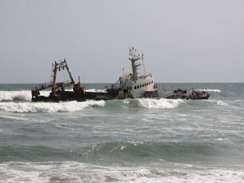 Barco en la Costa de los Esqueletos de Namibia