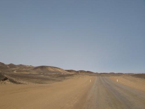 Carretera de sal en la Costa de los Esqueletos de Namibia