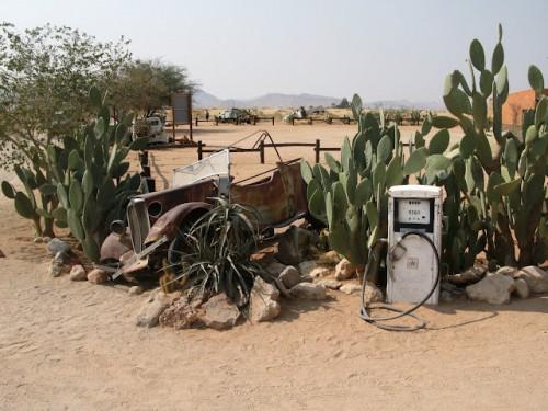 Coche en la gasolinera de Solitaire en Namibia