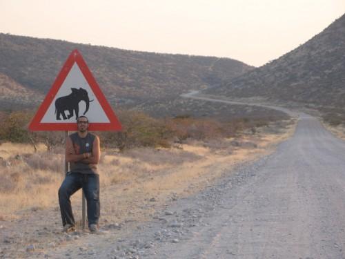 En el cruce de elefantes en Damaraland, Namibia