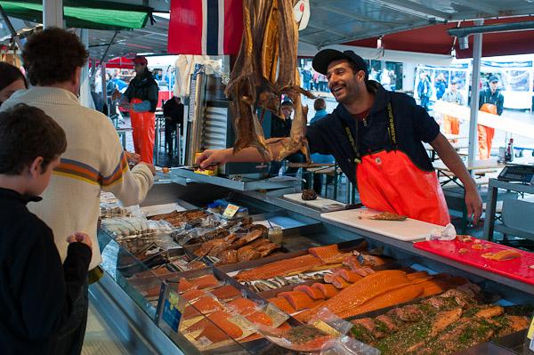 Vendiendo en el mercado del pescado de Bergen
