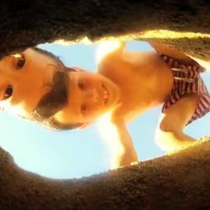 Roman y Audran pasándolo en grande en la playa