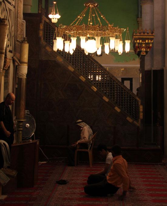 Musulmanes rezando en la mezquita de Hebrón