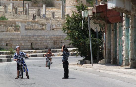 Niños israelís jugando en una calle prohibida para palestinos