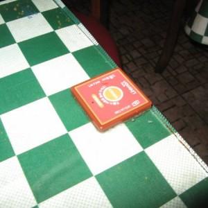 Botón rojo de la mesa del restaurante de Seul