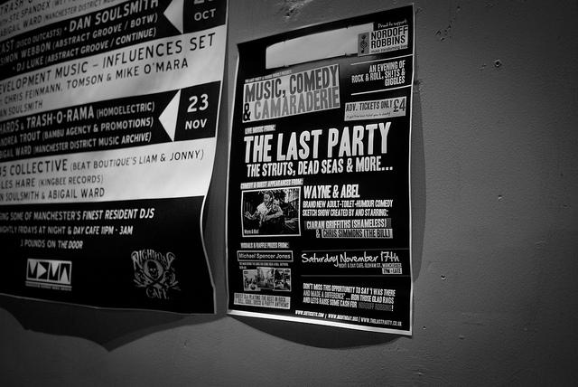 Cartel de próximos conciertos en el pub Night & Day, Manchester