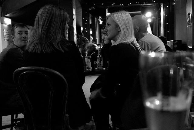 Animadas conversaciones en el pub Night & Day de Manchester