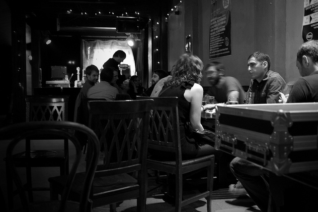 La violinista del grupo One and a Zero conversando con clientes