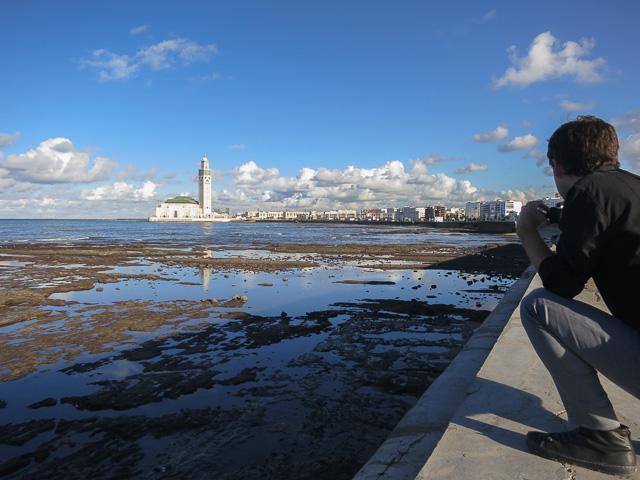 Blogger de viaje trabajando, en Casablanca