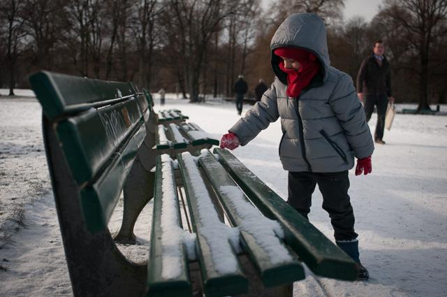 Nuestro hijo Eric jugando con la nieve en el Englisher Garten