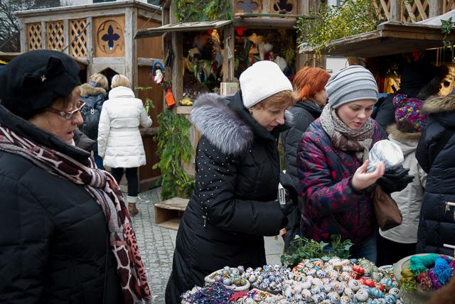 Comprando adornos navideños en el mercado medieval de Odeonplatz de Múnich