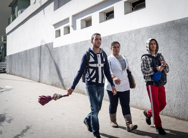 Miradas jóvenes en las calles de Casablanca