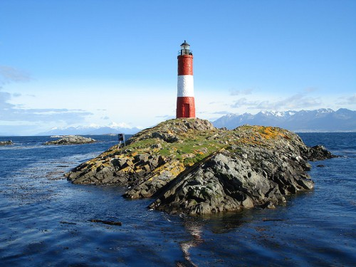 Faro Les Eclaireurs en la bahía de Ushuaia (@Wikipedia)