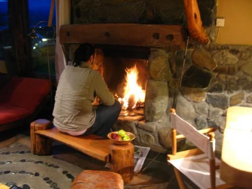 Haciendo fuego en la Cabaña del Beagle en Ushuaia