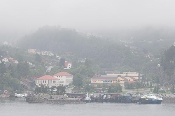 Bruma y ambiente fantasmal a primera hora del día en los fiordos noruegos