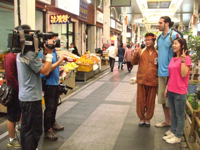 Con las cámaras de la televisión coreana