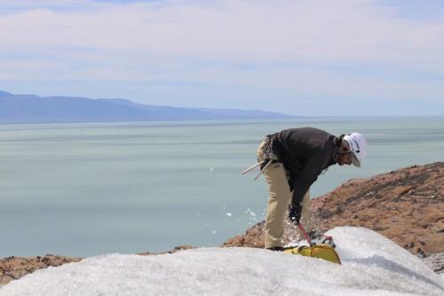 Preparando el camino para los aventureros en el glaciar de Viedma