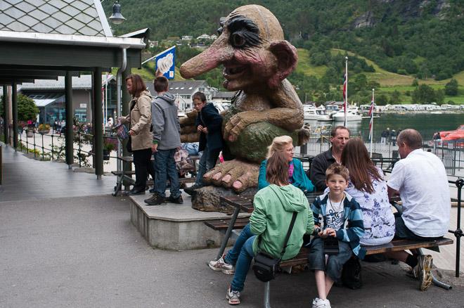 Turistas y trolls en Geiranger