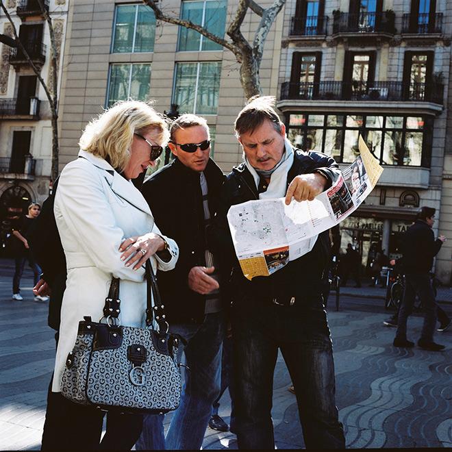 Turistas adinerados consultando plano de Barcelona