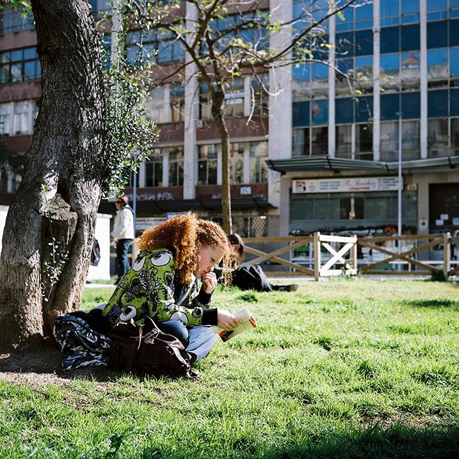Bucólica foto de una chica leyendo en la calle Tallers de Barcelona. Mi favorita del día