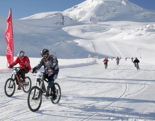 Snow-biking en el glaciar de Felskinn, Saas-Fee (Suiza)