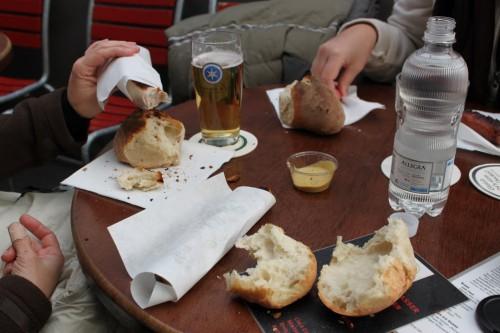 Comiendo salchichas en la Theaterplatz de Zurich