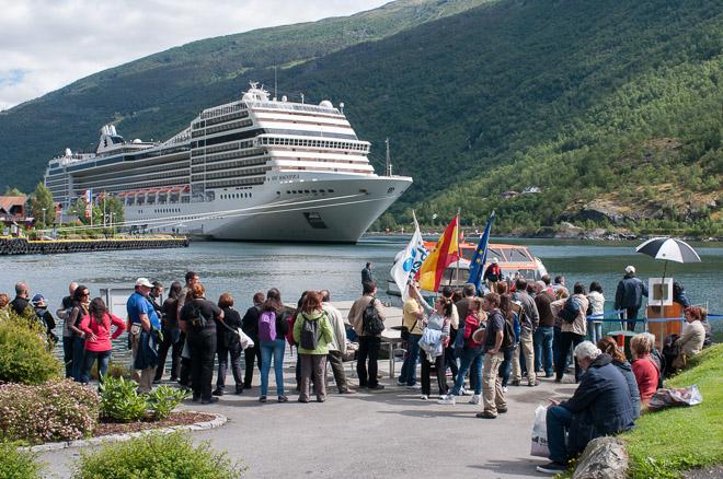 Cruceros atracando en puerto noruego