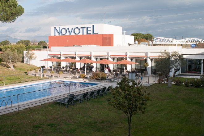 Terraza exterior y piscina del Novotel Girona