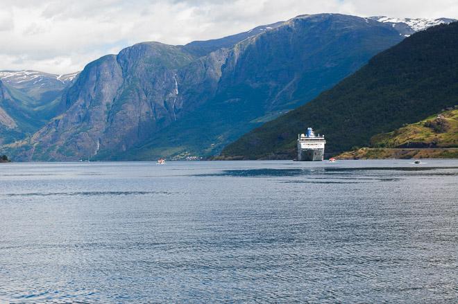 Enormes cruceros que apenas se ven ante los verdaderos gigantes de Noruega.
