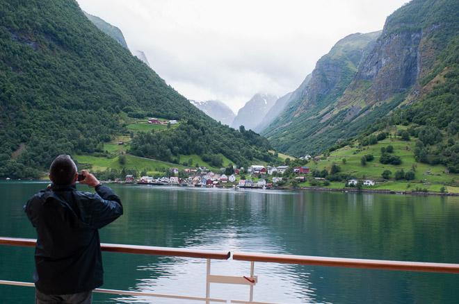 Contemplar los fiordos noruegos.