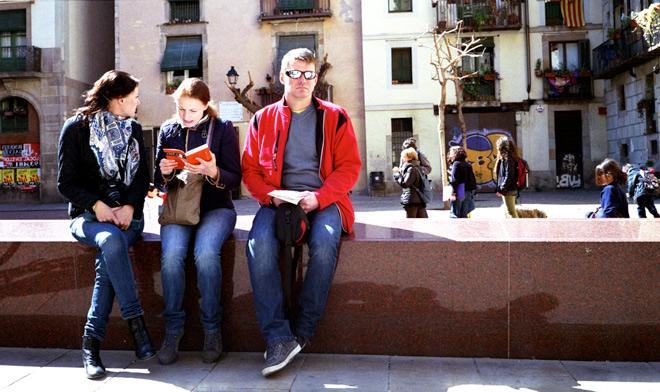 Turistas consultando el plano de Barcelona