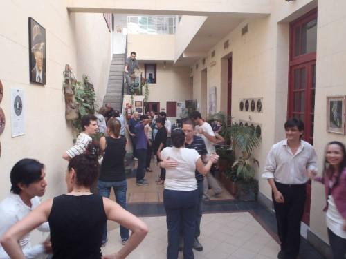 Clase de tango en el patio del Museo Carlos Gardel de Buenos Aires