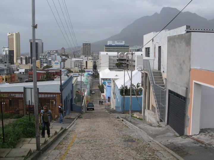 Bajando por las calles del Bo-Kaap en Ciudad del Cabo