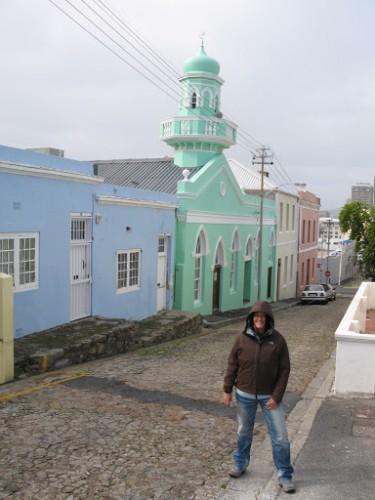 Marta con una de las mezquitas del Bo-Kaap de Ciudad del Cabo