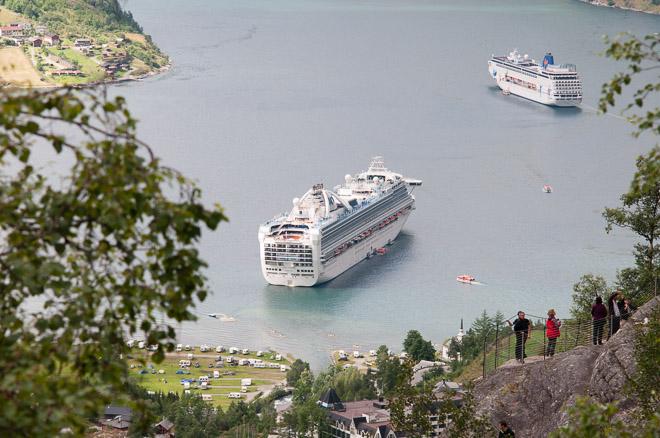 En verano siempre hay un mínimo de dos cruceros atracados en el puerto de Geiranger